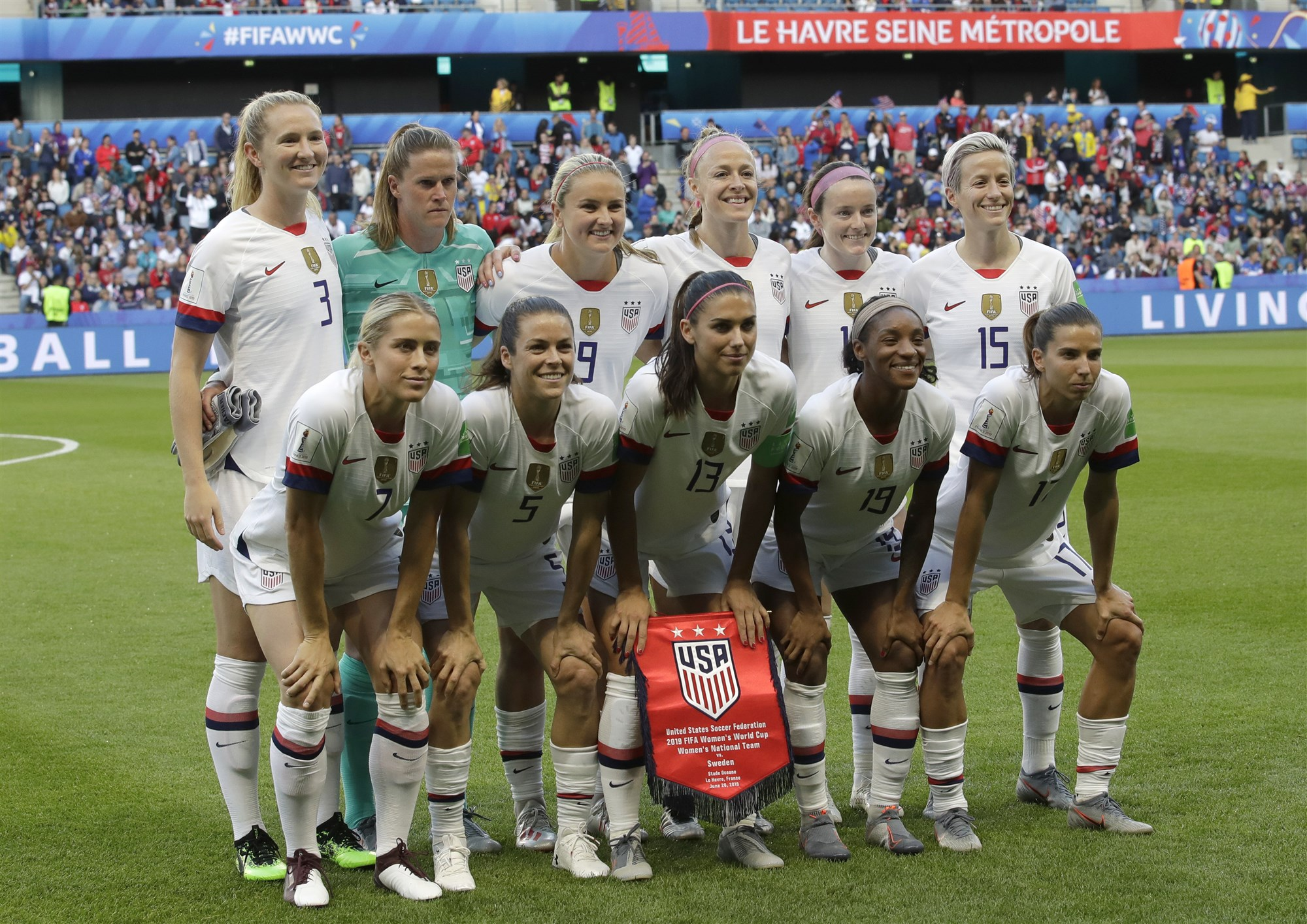 womens football teams arrive - HD3810×2695